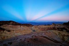 Anticrepuscular Strahlen am Sonnenaufgang bei Zabriskie zeigen, Death Valley stockfoto