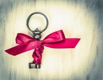 Anticsleutel met rood lint, valentijnskaart Stock Afbeeldingen