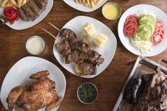 Anticuchos, peruanische K?che, gegrilltes aufgespie?tes Rindfleischherzfleisch mit gekochter Kartoffel und wei?er Mais lizenzfreie stockfotografie