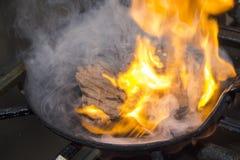 Anticuchos peruansk kokkonst, grillat skewered nötkötthjärtakött Normalt tjänat som med kokt potatis- och ajisåschili royaltyfri foto