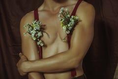 Antidiaforetico di pubblicità, deodorante, profumo con l'aiuto dei fiori e un tipo sexy Fotografia Stock