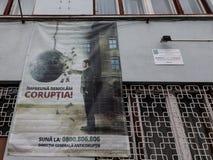 AntidieCorruptieaffiche op een politiebureaumuur wordt getoond in Media, Transsylvanië stock afbeeldingen