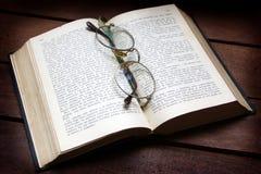 Antiek boek met glazen royalty-vrije stock foto