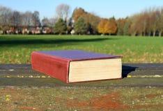 Antiek boek op de bank in het park in een zonnige dag Stock Foto's