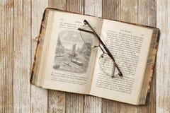 Antiek boek op een grungelijst royalty-vrije stock foto's