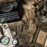 Antiek de hulpmiddelenstilleven van het schrijfmachine uitstekend bureau royalty-vrije stock afbeeldingen