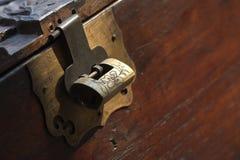 Antiek doos en slot Stock Foto's