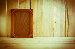 Antiek fotokader op houten lijst over houten achtergrond Stock Afbeelding
