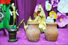 Antiek geïsoleerd bronsmortier De kom van het Pitivoedsel De belangrijkste ingrediënten van Azerbeidzjaans Piti-kommen Drie Oude  stock foto
