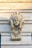 Antiek gipspleistermasker op de voorgevel van het gebouw vrouwelijk pleisterhoofd stock fotografie