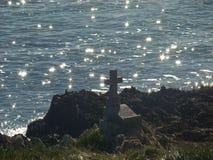Antiek graf op kustlijn stock afbeeldingen