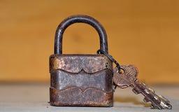 Antiek hangslot met sleutels royalty-vrije stock afbeelding
