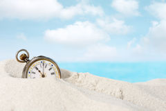 Antiek horloge in het zand royalty-vrije stock foto's