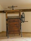 Antiek houten mangel roterend ijzer in zolderruimte stock afbeeldingen