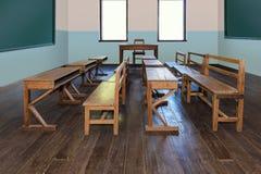 Antiek klaslokaal in school met Rijen van lege houten bureaus royalty-vrije stock afbeeldingen