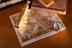 Antiek kompas en oude kaart Stock Foto's