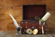 Antiek kompas, inlwell en oude houten borst op houten lijst Royalty-vrije Stock Foto's