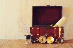 Antiek kompas, inlwell en oude houten borst op houten lijst Stock Foto's