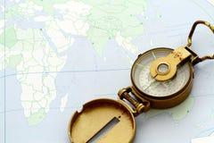 Antiek Kompas op een kaart stock afbeeldingen