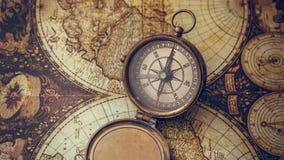 Antiek Kompas op Oude Wereldkaart royalty-vrije stock fotografie