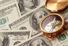 Antiek kompas over geld Stock Fotografie