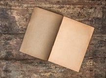 Antiek leeg dagboek op grungy houten achtergrond Gerimpelde (document) textuur Stock Afbeelding