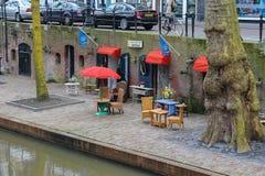 Antiek-Möbelshop nahe Oudegracht-Kanal in historischer Mitte O stockfotos
