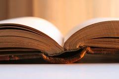 Antiek oud boek dat in zonlicht gloeit Royalty-vrije Stock Foto
