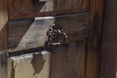Antiek oud deurhandvat en houten deur Stock Fotografie