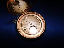 Antiek poeder compact met email Stock Foto's