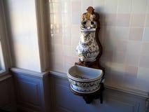 Antiek porseleinloodgieterswerk, waterkraan en gootsteen Royalty-vrije Stock Fotografie