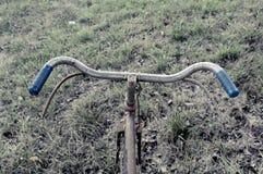 Antiek of retro fietsstuur buiten Stock Afbeelding