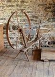 Antiek spinnewiel in steenmolen Royalty-vrije Stock Afbeelding