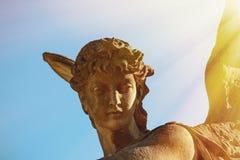 Antiek standbeeld van gouden engel in het zonlicht godsdienst, geloof, stock fotografie