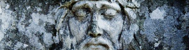 Antiek standbeeld van Jesus Christ-kroon van doornen Horizontaal beeld Godsdienst, geloof, dood, verrijzenis, eeuwigheidsconcept stock afbeeldingen