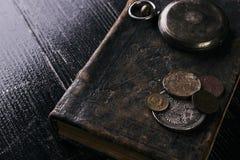 Antiek uitstekend zakhorloge en oud leerboek Royalty-vrije Stock Foto's