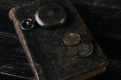 Antiek uitstekend zakhorloge en oud leerboek Stock Afbeeldingen