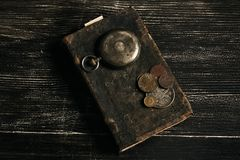 Antiek uitstekend zakhorloge en oud leerboek Stock Foto