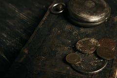Antiek uitstekend zakhorloge en oud leerboek Royalty-vrije Stock Afbeeldingen