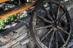 Antiek wiel in een dorp stock afbeelding
