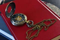 Antiek Zakhorloge en Rood Boek Royalty-vrije Stock Fotografie