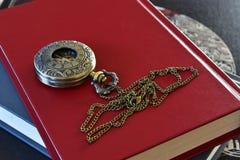 Antiek Zakhorloge en Rood Boek Stock Afbeeldingen