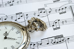 Antiek zakhorloge op het muziekblad Stock Foto's