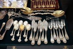 Antiek zilveren Bestek, lepels, vorken, messen op de plank van de vlooienmarkt royalty-vrije stock afbeelding