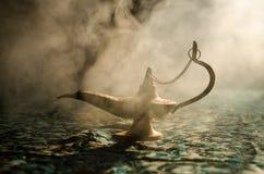 Antieke Arabische de olielamp van de nachtenstijl met zachte lichte witte rook, Donkere achtergrond Lamp van wensenconcept gestem Stock Afbeelding
