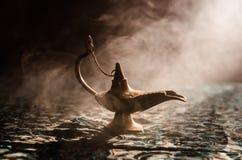 Antieke Arabische de olielamp van de nachtenstijl met zachte lichte witte rook, Donkere achtergrond Lamp van wensenconcept gestem Royalty-vrije Stock Afbeelding
