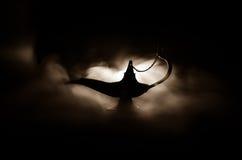Antieke Arabische de olielamp van de nachtenstijl met zachte lichte witte rook, Donkere achtergrond Lamp van wensenconcept gestem Royalty-vrije Stock Foto