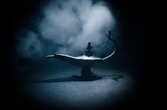 Antieke Arabische de olielamp van de nachtenstijl met zachte lichte witte rook, Donkere achtergrond Lamp van wensenconcept gestem Stock Foto's