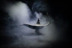 Antieke Arabische de olielamp van de nachtenstijl met zachte lichte witte rook, Donkere achtergrond Lamp van wensenconcept gestem Stock Foto