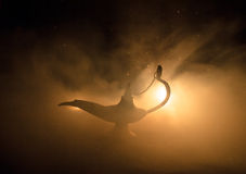 Antieke Arabische de olielamp van de nachtenstijl met zachte lichte witte rook, Donkere achtergrond Lamp van wensenconcept gestem Royalty-vrije Stock Fotografie